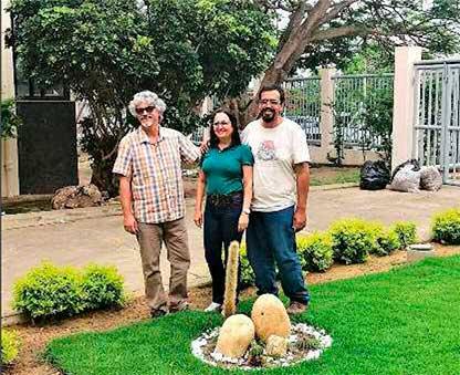Слева направо: Профессор Соарес Фильо, Марилан Коэльо и Марлон Мачадо рядом с Arrojadoa marylanae в саду Университета Виторио-да-Конкиста.